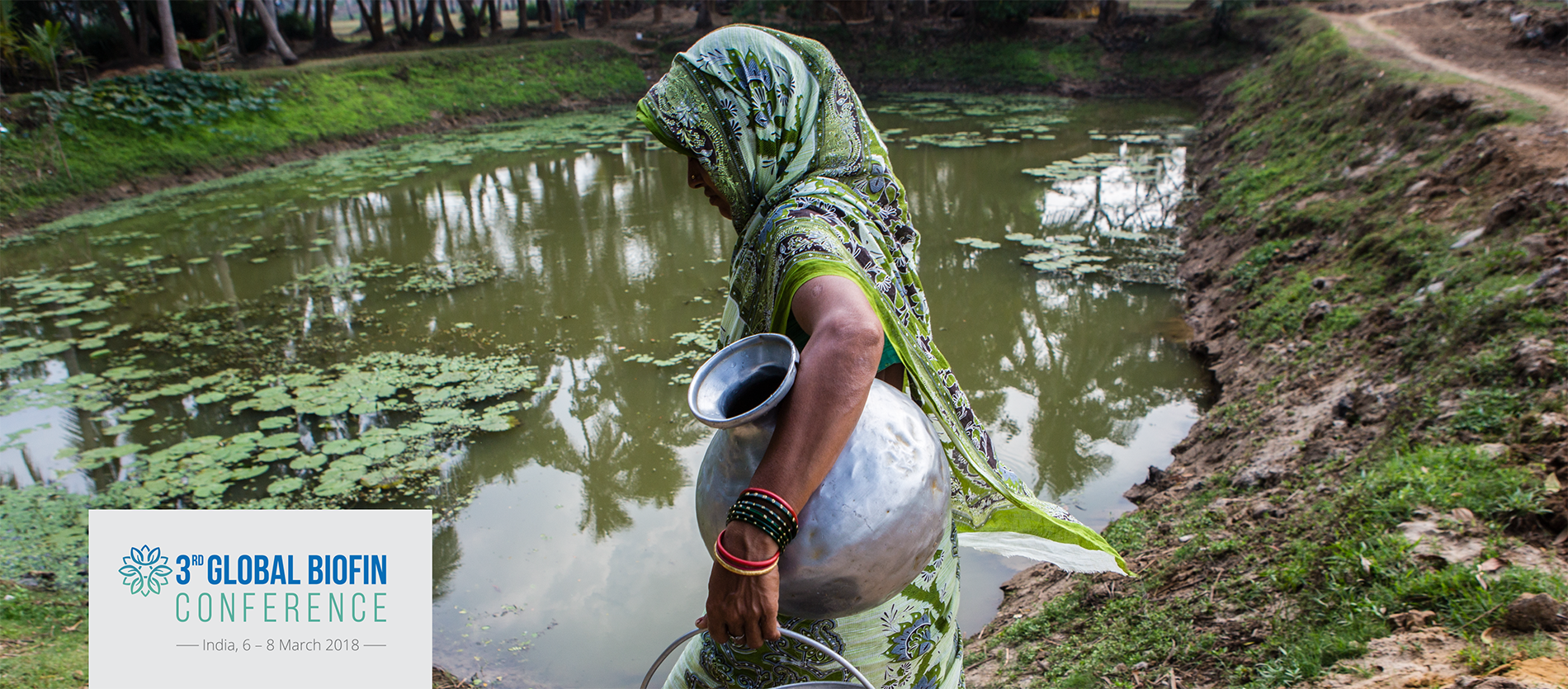 india women water collecting