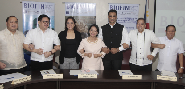 Congresswoman Sato (middle), UNDP, DENR, Mindoro Local Chief Executives and Legislators sign a Declaration of Cooperation to mainstream biodiversity conservation and implement finance solutions at the local level
